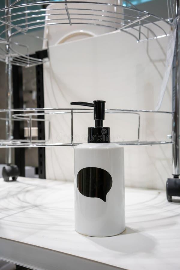 Белый керамический распределитель бутылки лосьона с черным положение стоковые фотографии rf