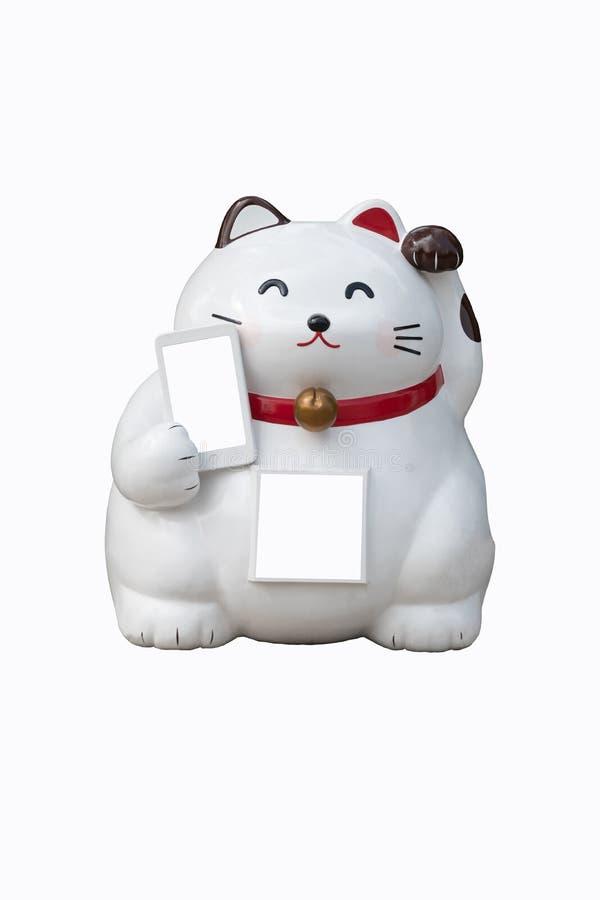 Белый китайский удачливый кот со своей левой лапкой поднял другой один держа мобильный телефон изолированный на белой предпосылке стоковые изображения