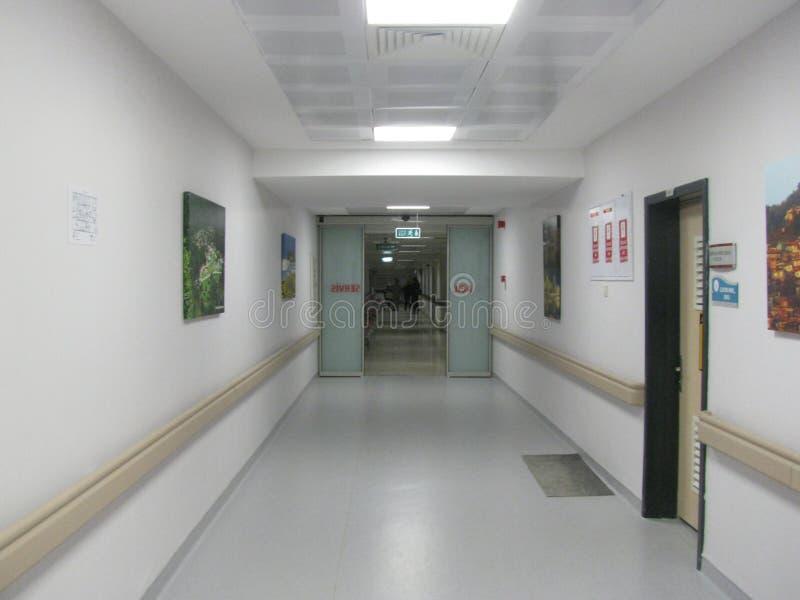 Белый коридор больницы, места вокруг стоковое изображение