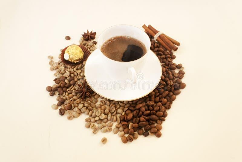 Белый кофе чашки, кофейные зерна, помадка, космос экземпляра candid стоковое фото rf