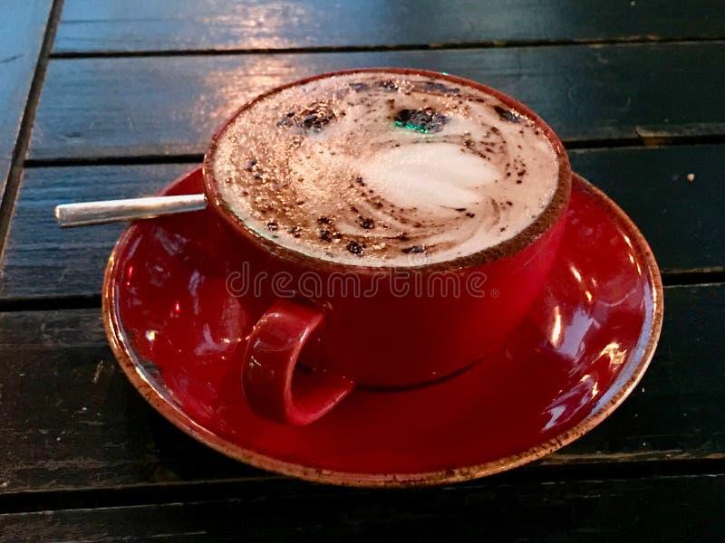 Белый кофе Mocha, который служат с красной чашкой стоковое фото
