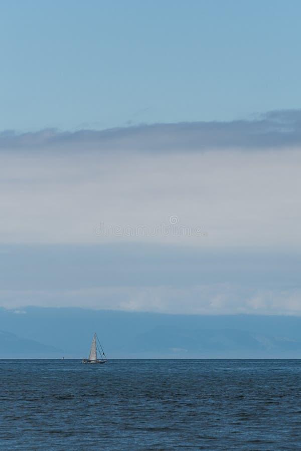 Белый курсировать парусника море Salish clam, острова Сан-Хуана, голубое небо с белыми облаками на заднем плане стоковое изображение