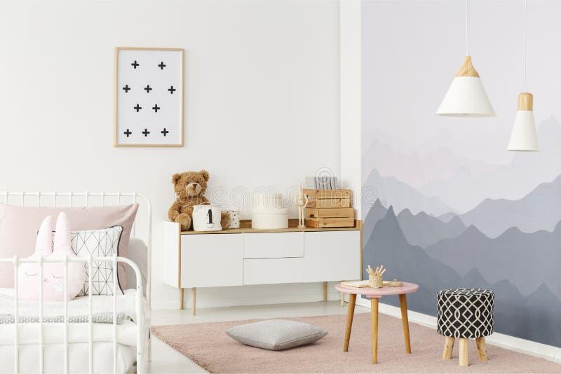 Белый кухонный шкаф в комнате стоковое изображение rf