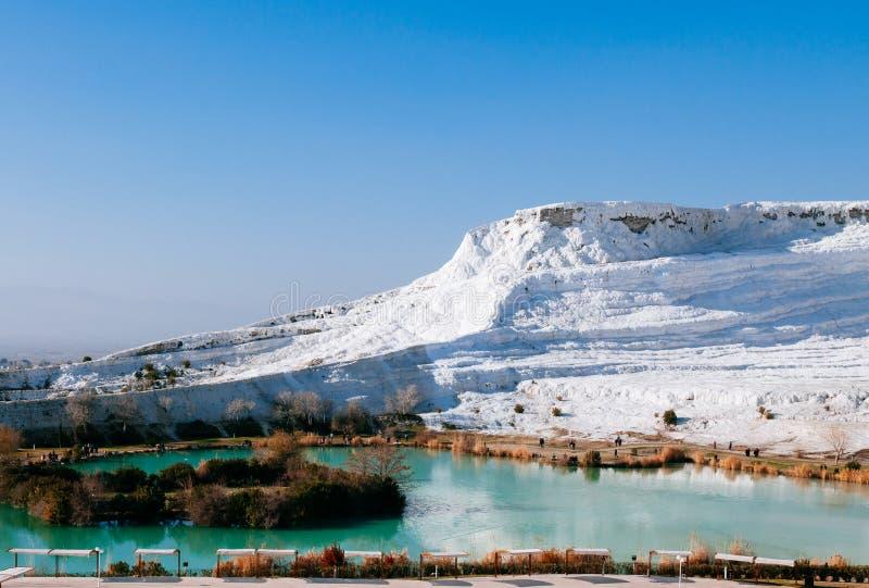 Белый ландшафт известняка кальция и термальный бассейн в Pamukkale, стоковые изображения