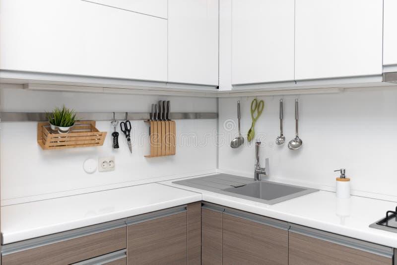 белый лоснистый дизайн интерьера кухни стоковое фото rf