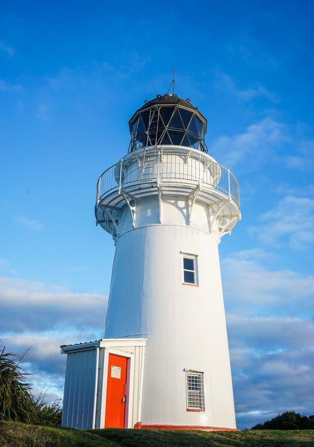 Белый маяк под голубым небом стоковое изображение