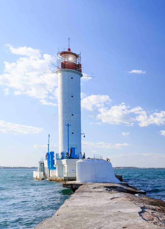 Белый маяк фонарика маяка в порте Чёрного моря Одессы, Украины стоковое фото rf