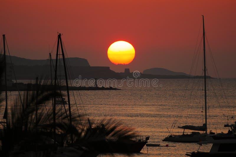 Белый маяк Es Botafoc в Ibiza Балеарских островах Soain стоковая фотография rf