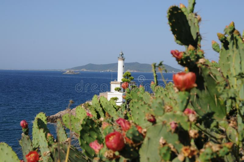 Белый маяк Es Botafoc в Ibiza Балеарских островах Soain стоковые изображения rf
