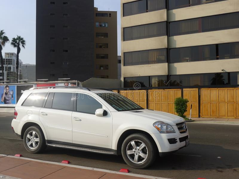 Белый Мерседес-Benz GL 450 SUV в Miraflores, Лиме стоковые изображения rf