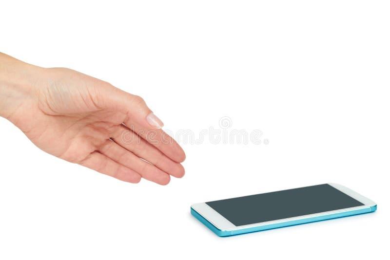 Белый мобильный телефон с темным экраном в руке, изолированной на белой предпосылке Разрекламируйте шаблон, скопируйте космос стоковые изображения rf