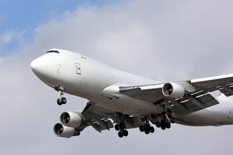 Белый неотмеченный самолет реактивного грузового самолета стоковые изображения rf