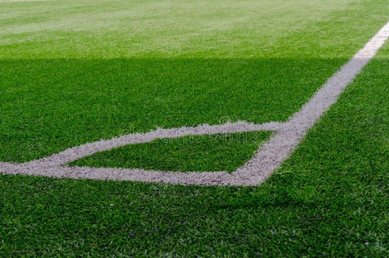 Белый отмечать угол на ярком ом-зелен футбольном поле стоковая фотография