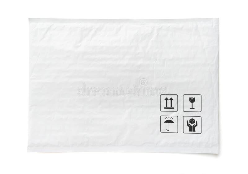Белый почтовый пакет Пластиковый пакет с хрупким знаком и символом заботы Предмет изолированный на белой предпосылке стоковые изображения rf