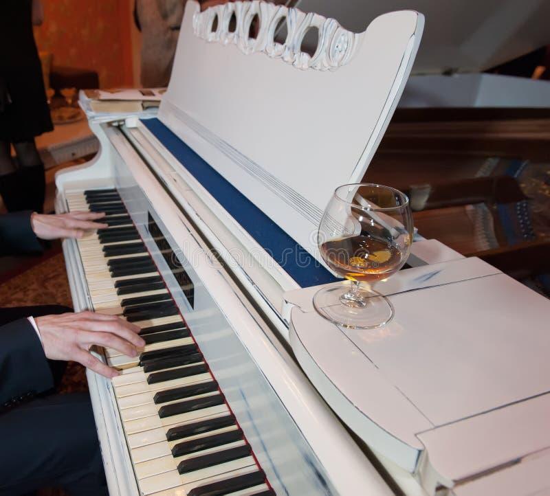 Белый рояль стоковая фотография rf