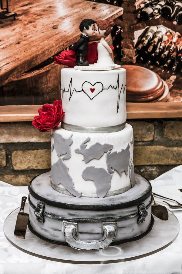 Белый свадебный пирог на таблице стоковая фотография