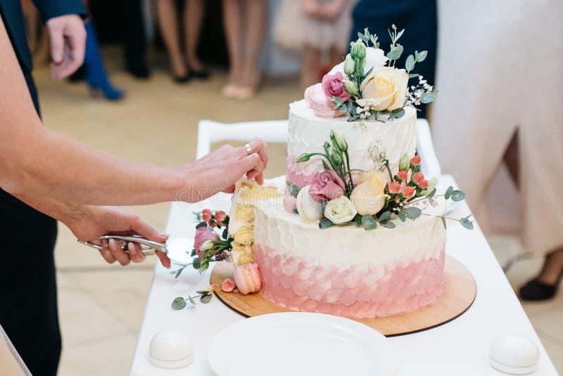 Белый свадебный пирог с цветками стоковые фотографии rf