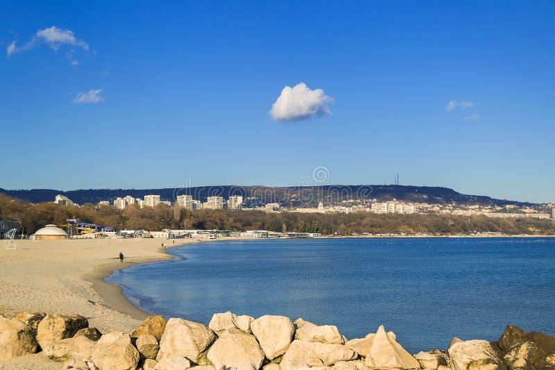 Белый сиротливый максимум облака в голубом небе над городом Варны и заливе Варны на солнечный windless день Пустой пляж зимы на B стоковые изображения