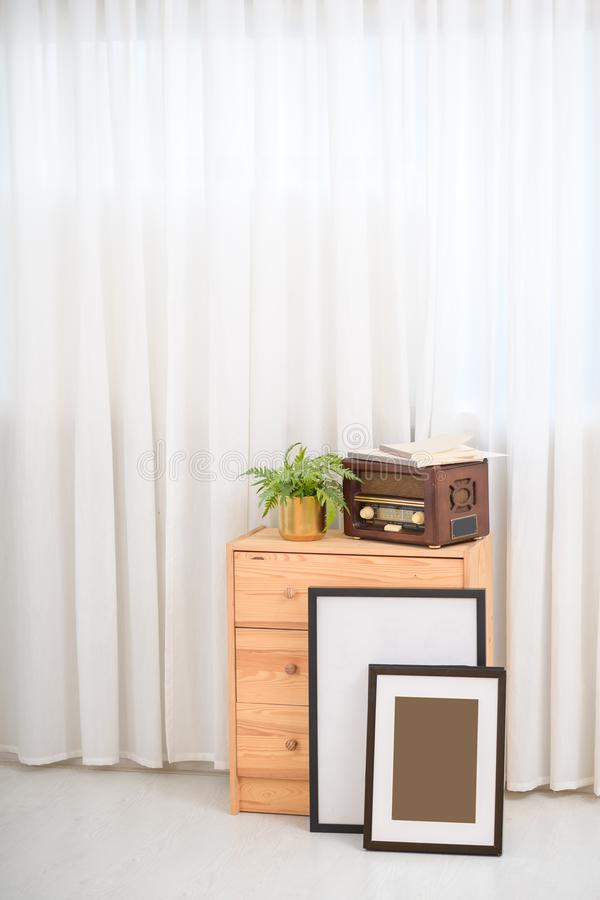 Белый скандинавский интерьер живущей комнаты стоковые фото