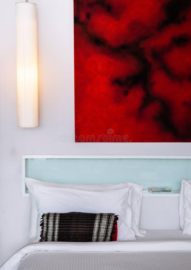 Белый современный минимальный интерьер спальни с картинной рамкой и мебелью стоковое фото