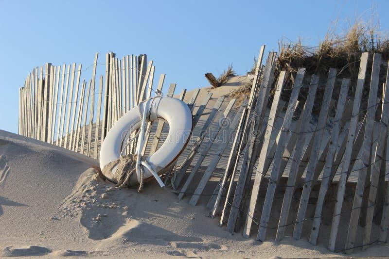 Белый спасательный жилет на песочном прибрежном пляже океана стоковое изображение rf