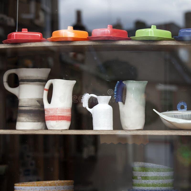 Белый стильный комплект кофе в стиле шестидесятых годов в окне магазина магазина призрения стоковые фотографии rf