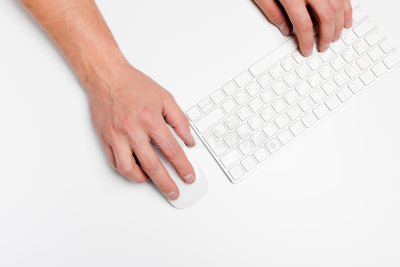 Белый стол офиса с компьютером и поставками tabletop Взгляд сверху с космосом для вашего текста стоковое изображение rf