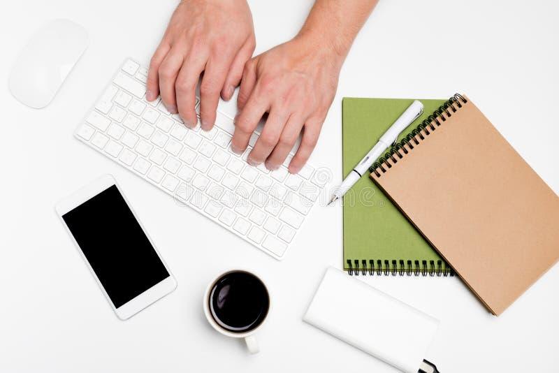 Белый стол офиса с компьютером и поставками tabletop Взгляд сверху с космосом для вашего текста стоковое фото