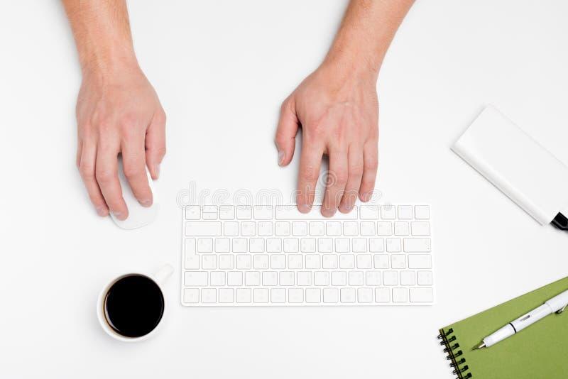Белый стол офиса с компьютером и поставками tabletop Взгляд сверху с космосом для вашего текста стоковые изображения