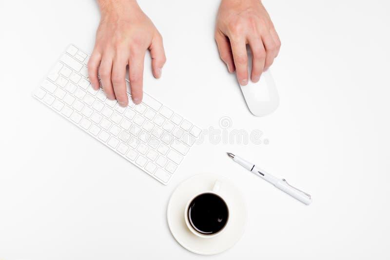 Белый стол офиса с компьютером и поставками tabletop Взгляд сверху с космосом для вашего текста стоковые фотографии rf