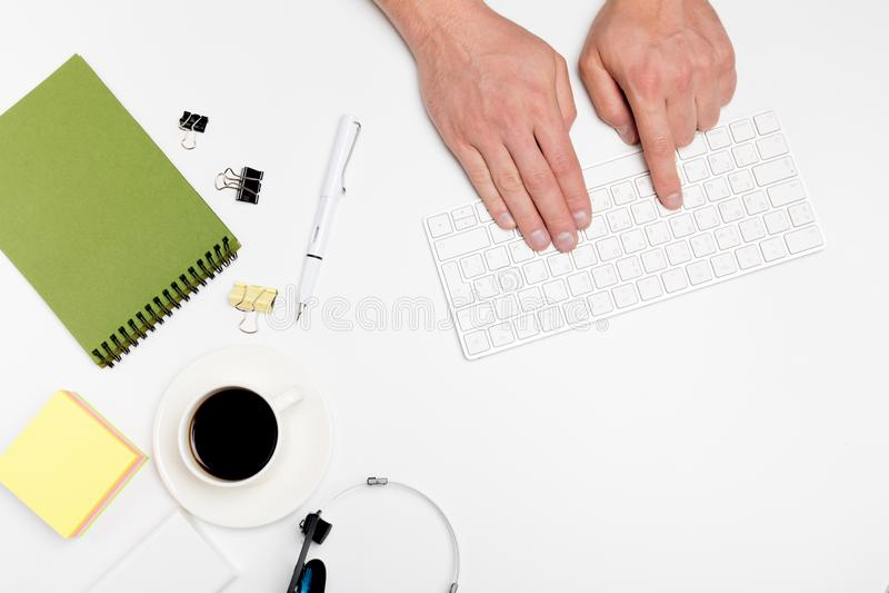 Белый стол офиса с компьютером и поставками tabletop Взгляд сверху с космосом для вашего текста стоковые фото
