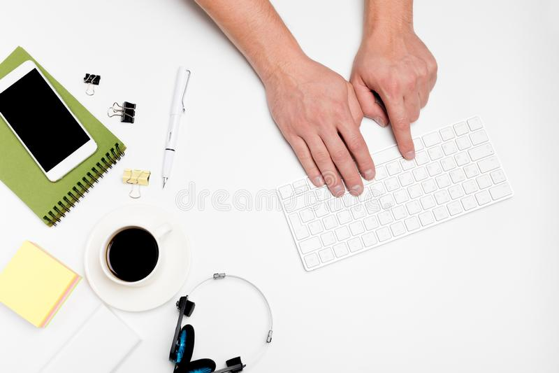 Белый стол офиса с компьютером и поставками tabletop Взгляд сверху с космосом для вашего текста стоковое изображение