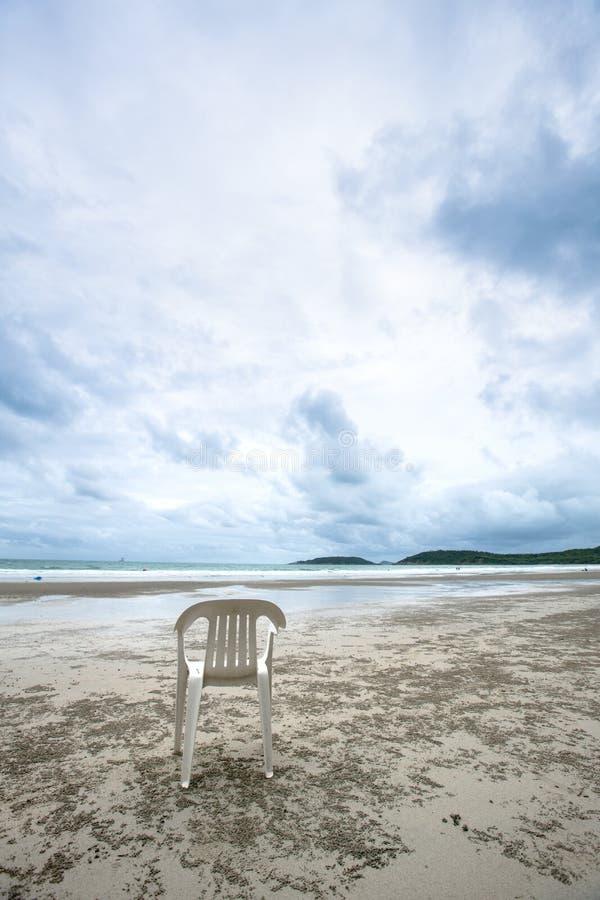 Белый стул на пляже моря Место с красивым видом сиротливое место стула с чудесным seascape изображение для предпосылки, стоковая фотография rf