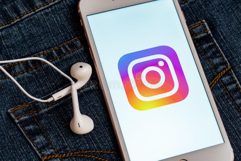 Белый телефон с логотипом социальных средств массовой информации Instagram на экране r стоковые изображения rf