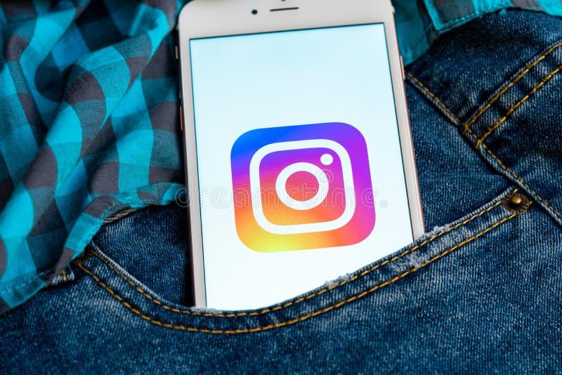 Белый телефон с логотипом социальных средств массовой информации Instagram на экране r стоковая фотография