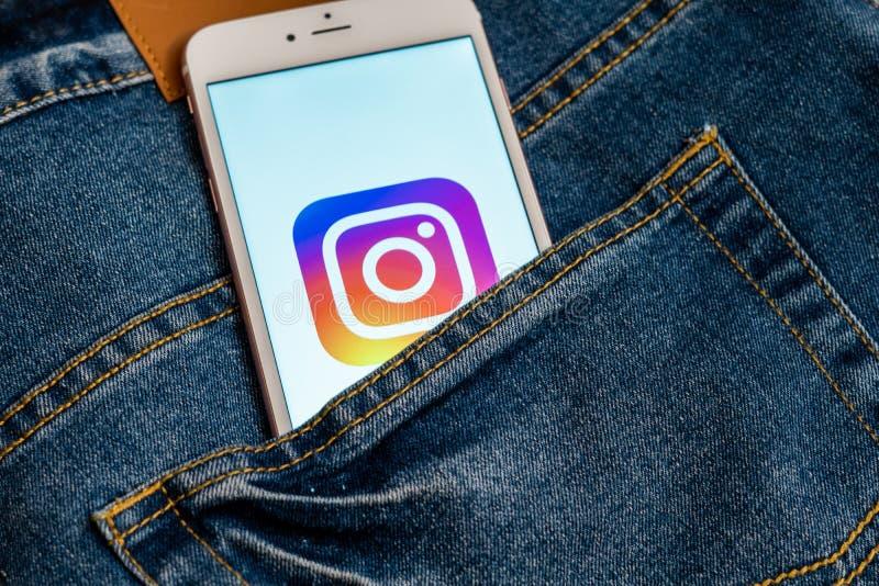 Белый телефон с логотипом социальных средств массовой информации Instagram на экране r стоковые изображения