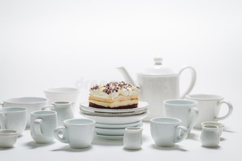 Белый торт с муссом, шоколадом и белым фарфором стоковые изображения