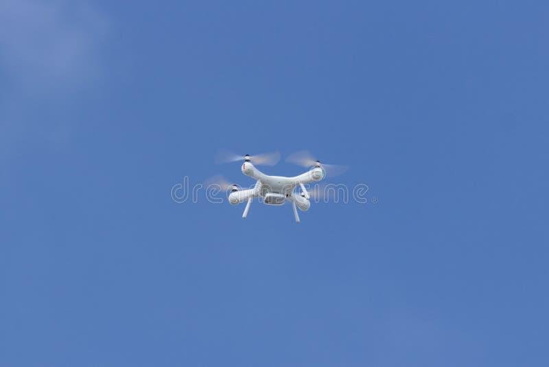 Белый трутень в небе стоковая фотография rf