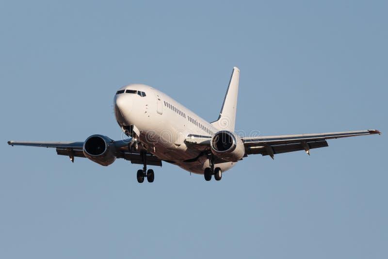 Белый узкий самолет двигателя тела стоковое изображение