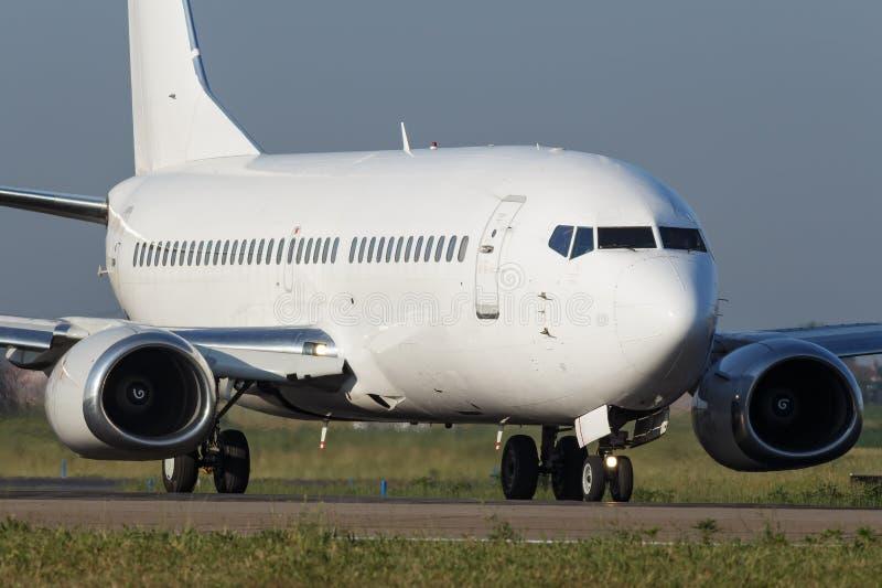 Белый узкий самолет двигателя тела стоковое фото rf