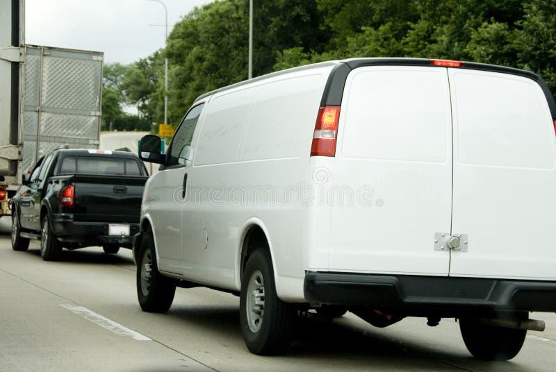 Белый фургон в движении стоковое изображение