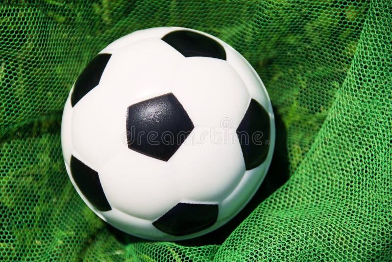 Белый футбольный мяч с черной сетью цели в сети цели Чемпионаты мира, европеец Champions лига стоковое изображение rf