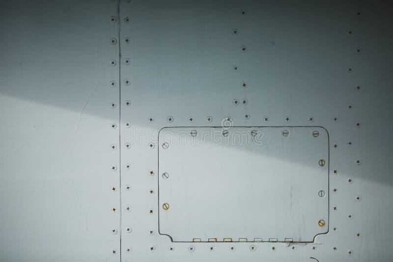Белый фюзеляж самолета с предпосылкой заклепок стоковая фотография rf