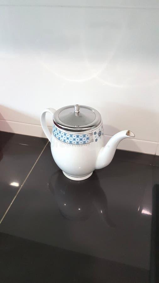Белый чайник стоковые фотографии rf