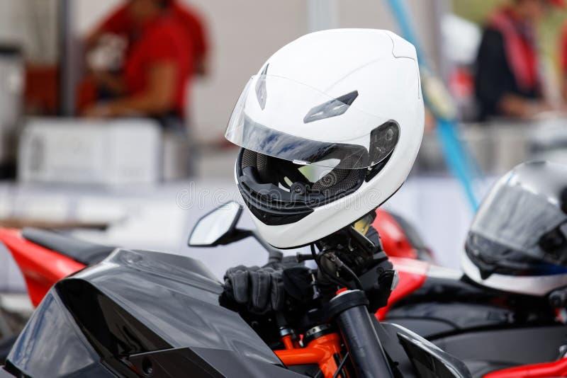 Белый шлем moto и кожаные перчатки на мотоцикле стоковые фотографии rf