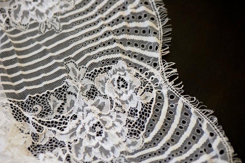 Белый шнурок на черной предпосылке Текстура близка стоковое фото rf