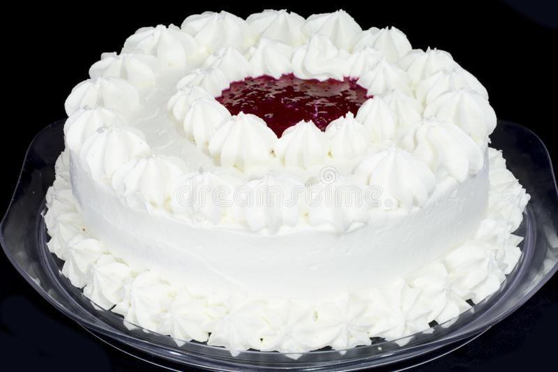 Белый шоколадный торт при затир поленики изолированный на задней части черноты стоковые фотографии rf