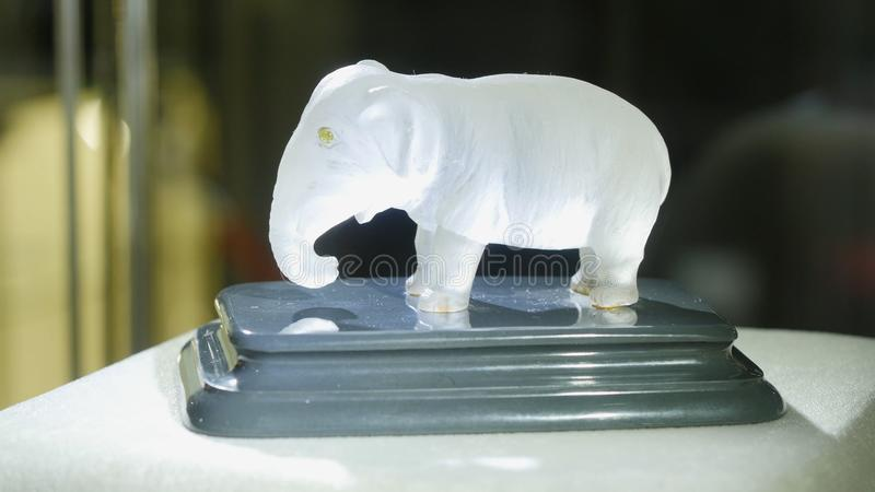 Белый figurine слона Статуя обременительного имущества стоковое изображение rf