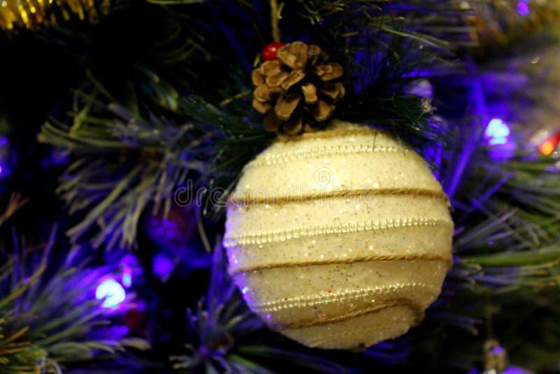 Белый handmade орнамент вися на рождественской елке стоковое изображение