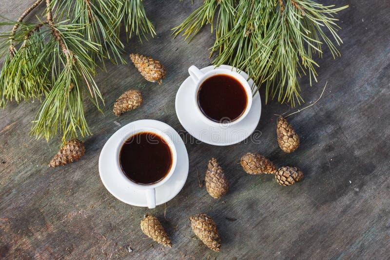 2 белых чашки для кофе на серой предпосылке деревянного стола стоковая фотография rf